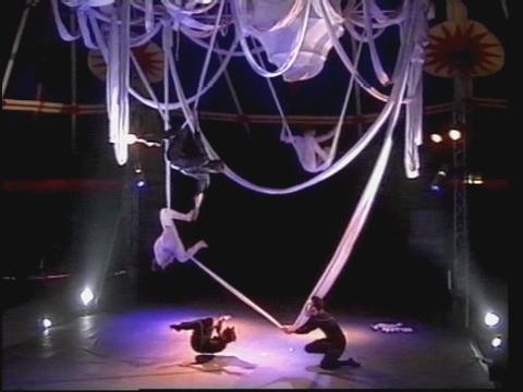 Ellipse : Ecole supérieure des Arts du Cirque de Bruxelles - CIRCa 2000